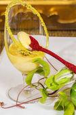 Mousse di frutto della passione con cucchiaio rosso e fresco p verde e giallo — Foto Stock