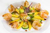 Ensalada de gambas con mango, delantal salmón, pepino, vinagre balsámico — Foto de Stock