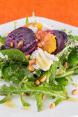 Fresh salad with roasted beetroot, white cheese, orange and pine — Stockfoto