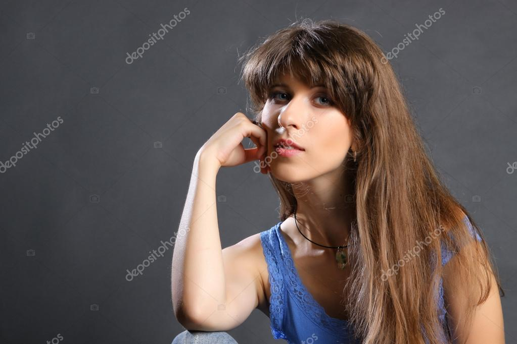 Young brunette woman beauty portrait studio shot  Lizenzfreies Foto #15616001