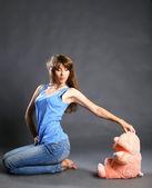 Linda garota em um fundo cinza — Foto Stock