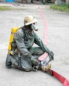 Man in pak chemische bescherming — Stockfoto