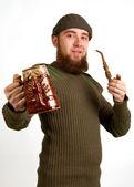 Бородатый парень, пить пиво — Стоковое фото