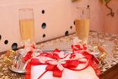 Gläser champagner und kissen mit trauringe — Stockfoto