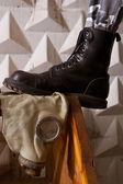 Ejército negro botas pie de máscara de gas — Foto de Stock