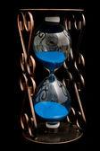 Песочные часы с голубой песок — Стоковое фото