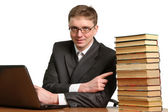 молодой парень работает на ноутбук — Стоковое фото