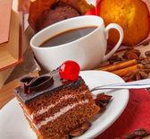 Çikolatalı kek ve kitaplar — Stok fotoğraf