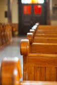 Bancos de madeira na catedral — Foto Stock