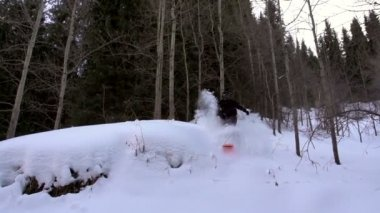 Jump Down. Sportsman on a snowboard — Stock Video