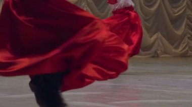 Männer im ukrainischen nationalen kleid auf der bühne tanzen — Stockvideo