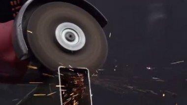 Haakse slijper snijden van metaal — Stockvideo