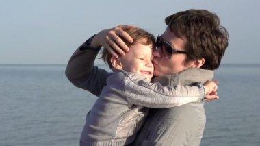 сын мама и молодые — Стоковое видео