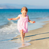 Little girl running on the beach — Stock Photo