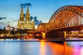 Köln katedrali ve hohenzollern köprü, almanya — Stok fotoğraf
