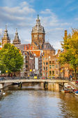 Canal and St. Nicolas Church in Amsterdam — Stock Photo