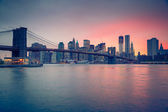 Brooklyn bridge and Manhattan at dusk — Stockfoto