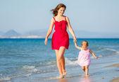 母と娘のビーチ — ストック写真