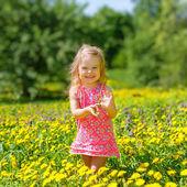маленькая девочка в парке — Стоковое фото