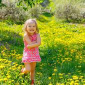 Liten flicka i parken — Stockfoto