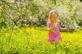 在公园里的小女孩 — 图库照片
