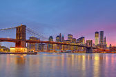 Brooklyn bridge and Manhattan at dusk — Foto de Stock