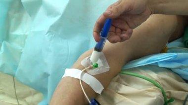 пропофол инъекций в комнате операции — Стоковое видео