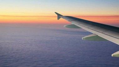 Ala del aeroplano por encima de las nubes — Vídeo de stock