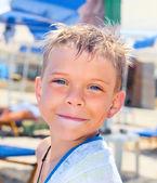 Smiley seven years old boy on the beach — Zdjęcie stockowe