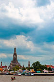 Wat Arun and Chaopraya river with dramatic sky in Bangkok - Thailand — Stock Photo