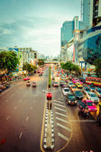 Pedestrians and traffic on Thanon Ratchadamri road in Bangkok — Stock Photo