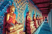 Gloden posągów buddy w świątyni wat arun, bangkok — Zdjęcie stockowe