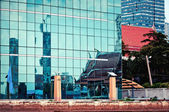 Urban contrasts in Bangkok — Stock Photo