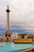 Trafalgar square v Londýně s dramatickou oblohu — Stock fotografie