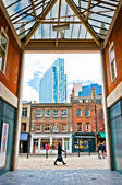 Urban contrasts in Shoreditch district, London — Stock Photo