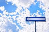 方向道路标志与多云的天空 — 图库照片