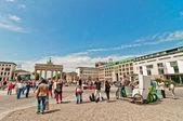 Tourists in Brandenburg Gate, Berlin — Stock Photo