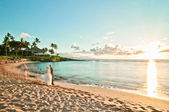 Long exposure of unidentified couples getting married in Maui, Hawaii — Stock Photo