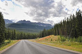 Icefields Parkway between Canadian Rocky Mountains — Stock Photo