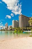 Waikiki strandwal met hotels en strand in honolulu, hawaii — Stockfoto