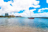 Waikiki shoreline with hotels and Diamond Head in Honolulu, Hawaii — Stock Photo