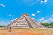 Tourists visit Chichen Itza - Yucatan, Mexico — Stock Photo