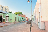 Downtown street view with typical colonial buildings in Valladolid, Mexico — Stock Photo