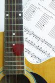 Violão na folha de nota de música — Fotografia Stock