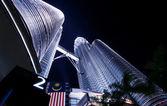 De twin towers glans in de schemering — Stockfoto