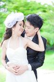 Parejas de recién casados besos — Foto de Stock