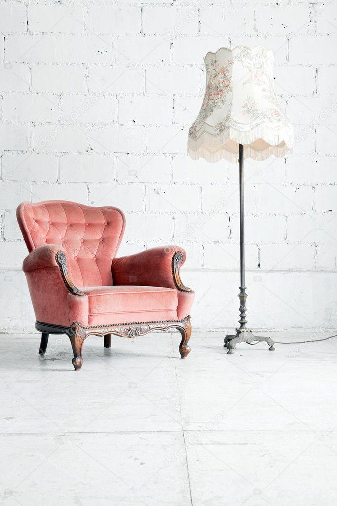 Sofa mit schreibtisch lampe im zimmer (vintage) — stockfoto ...