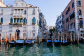 Goldola boat parking in front of building in grand canal Venice — Stock Photo