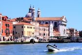 Kyrkan vid canal grande i vanice italien — Stockfoto