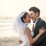 カップルの結婚式のビーチの夕日 — ストック写真